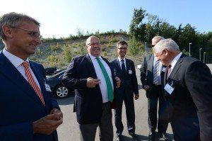 Peter Altmaier bei der Begrüßung vor dem Infocenter Rheinfelden
