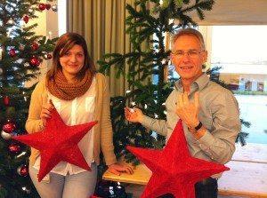 Hanspeter und Sarah am Weihnachtsbaum