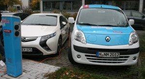 Stromtankstelle: Opel Ampera an der Ladesäule beim Stromtanken