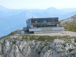 Schiestlhaus, Hochschwab, 2.154 m ü. A., Marie Rezac 2004/05 – erstes hochalpines Passivhaus. Foto: Wikipedia, Michael Schmid, Lizenz CC BY-SA 3.0 CC BY-SA 3.0