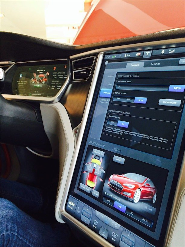 Das Cockpit eines Tesla Model S - moderner Komfort in Reinform