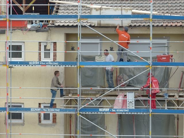 Wenn Bauherren ein Haus renovieren, ist das eine gute Gelegenheit für die Dämmung der Fassade.