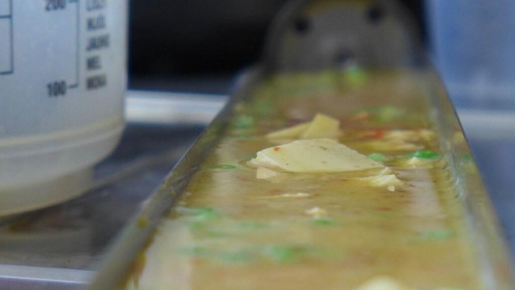 Ei, Käse Erbsen, Tomatenmark - Zutaten für eine Tortilla aus dem Solarofen