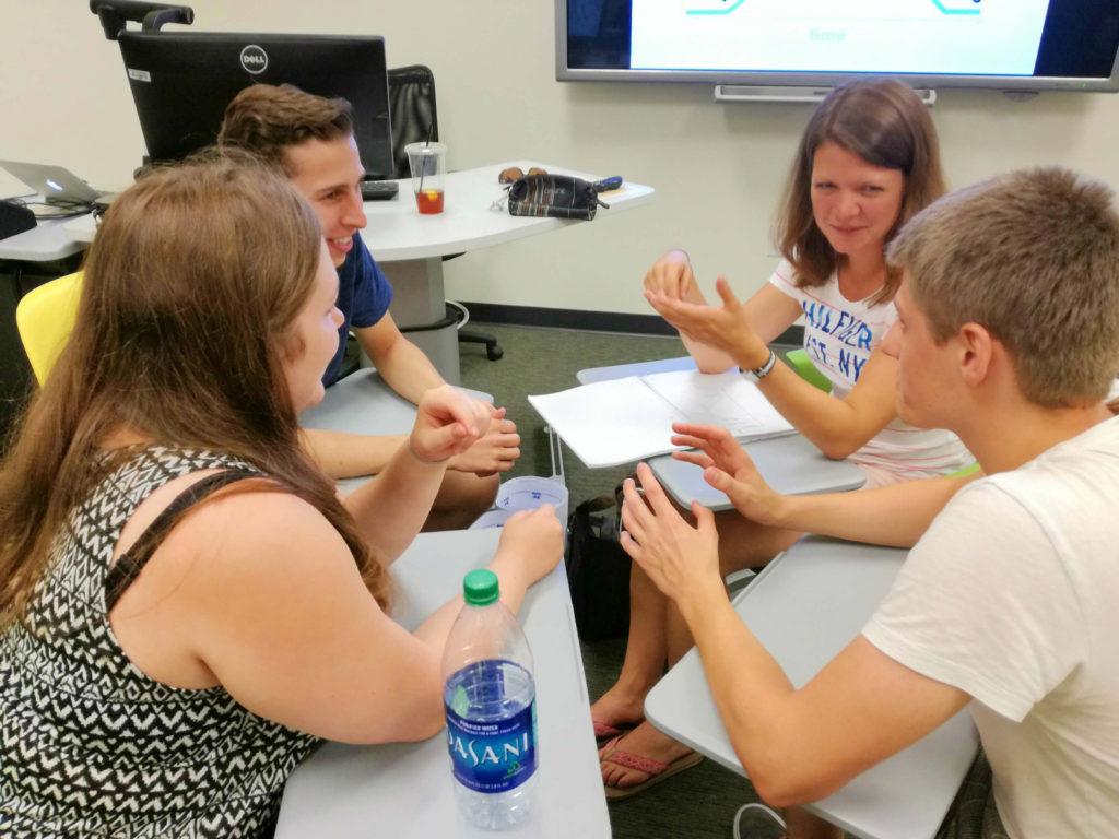 Gruppe bei der Arbeit im Klassenzimmer...