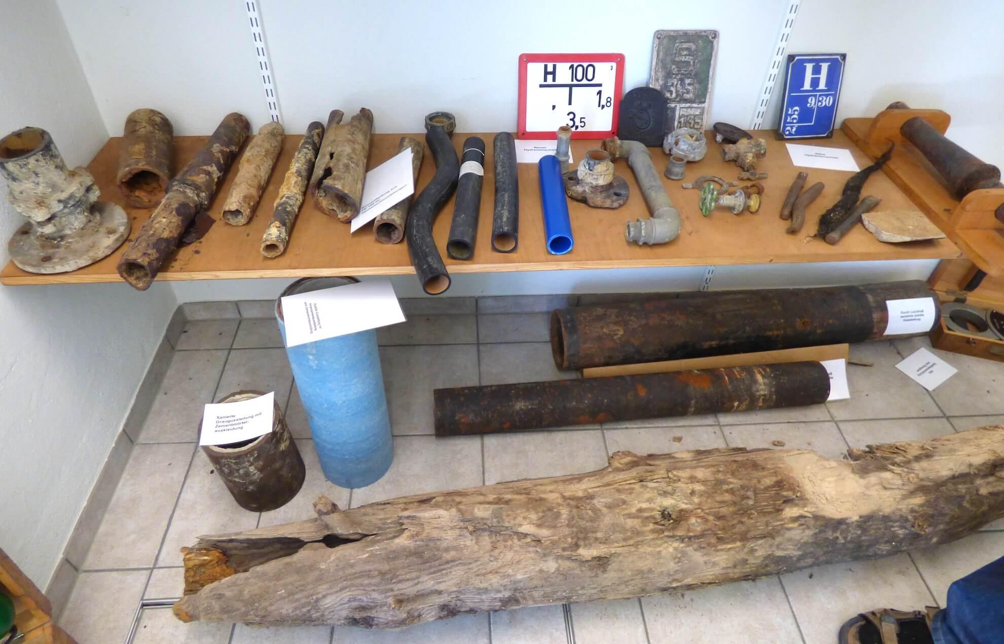 """Im Vordergrund der """"Düchel"""", ein Stück einer alten Holzwasserleitung."""
