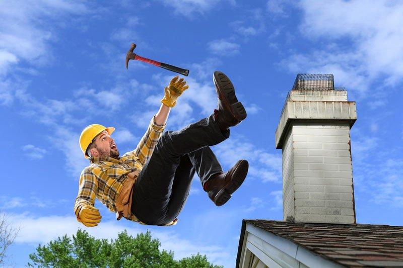 Bei dem Frühjahrs-Check der PV-Anlage auf dem Dach ist Vorsicht geboten.