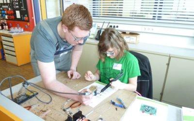 Technikbegeisterte Mädchen beim Girls' Day