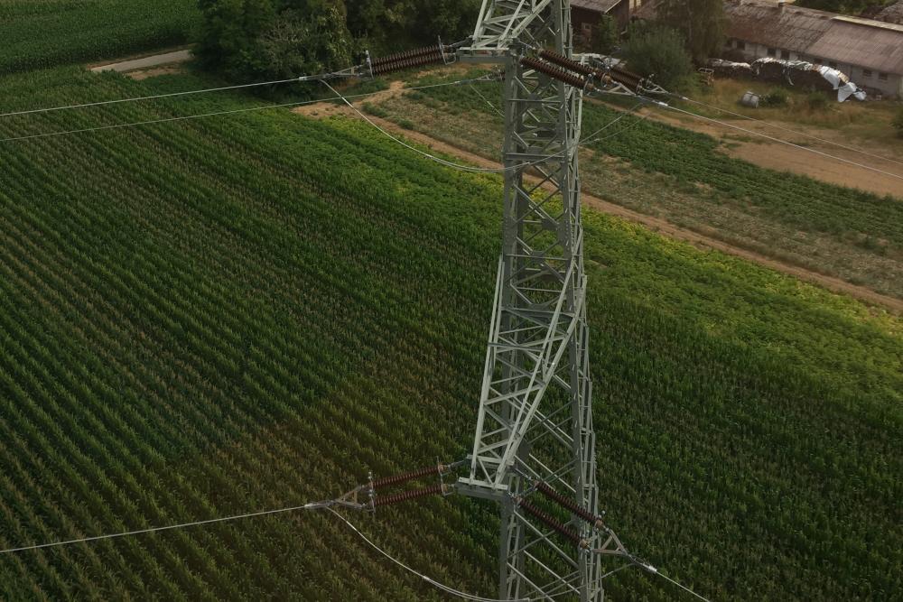 Strommast mit Isolatoren bei Leitungskontrolle