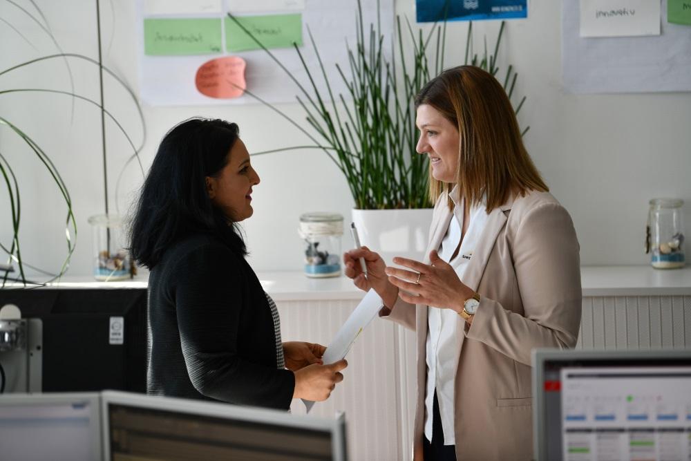 Sarah Born im Gespräch mit einer Mitarbeiterin
