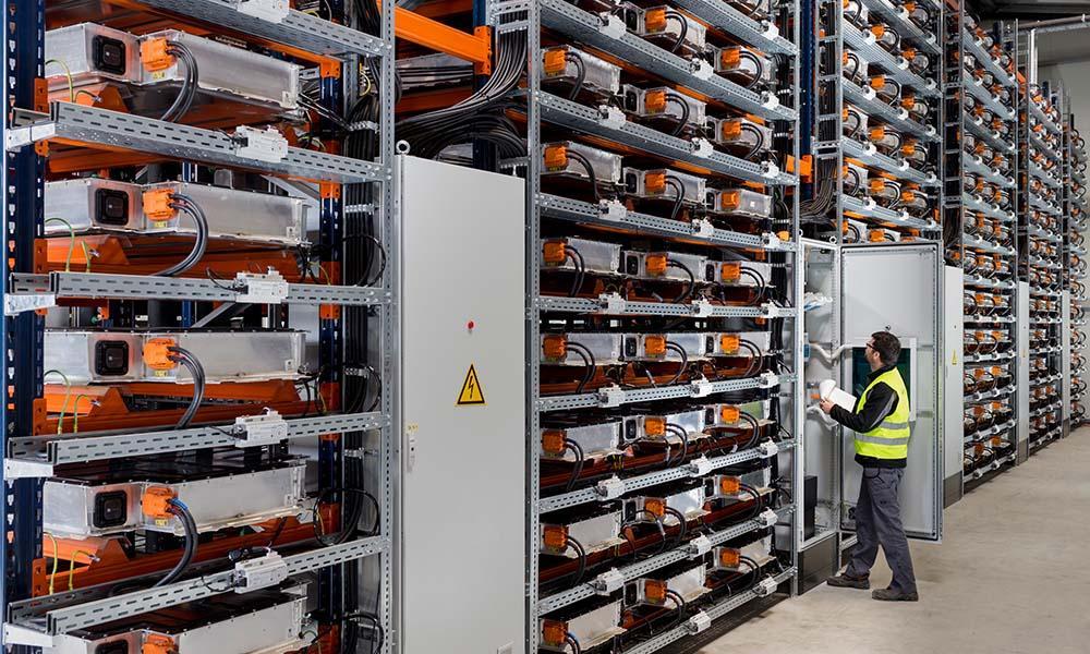 Second Life für Batterien: Der Batteriespeicher im BMW Werk in Leipzig besteht aus 700 Akkus des i3.