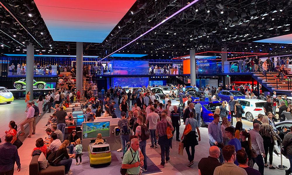 Viele Messebesucher der IAA 2019 interessieren sich für Elektromobilität.