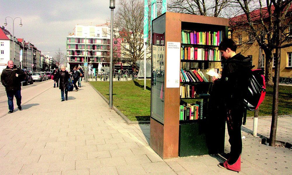 In immer mehr Städten gibt es Bücherschränke, in den Nutzer kostenlos Bücher tauschen können.