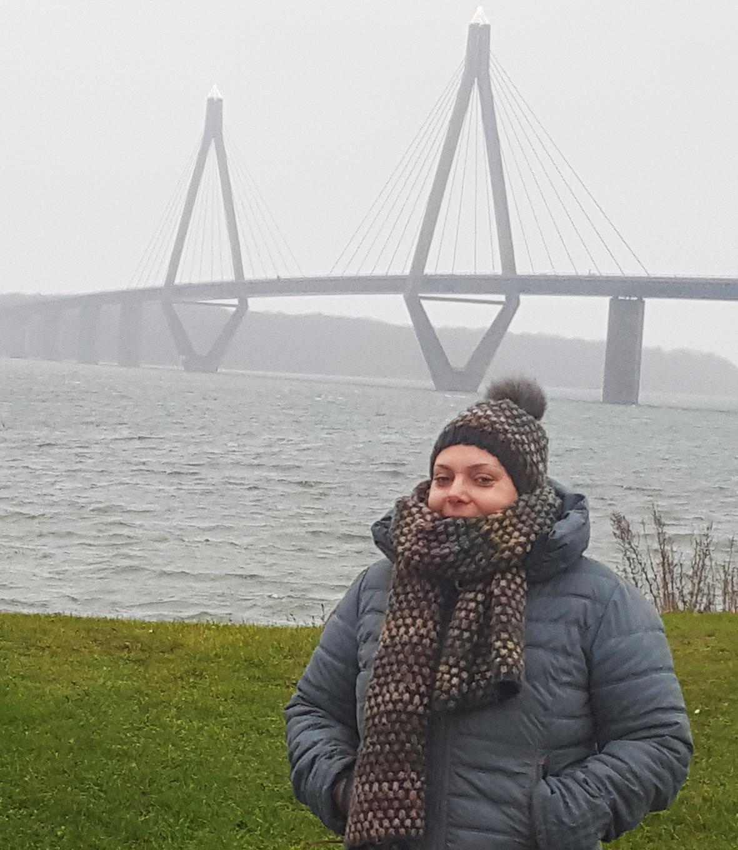 Celina Geiger steht vor Brücke
