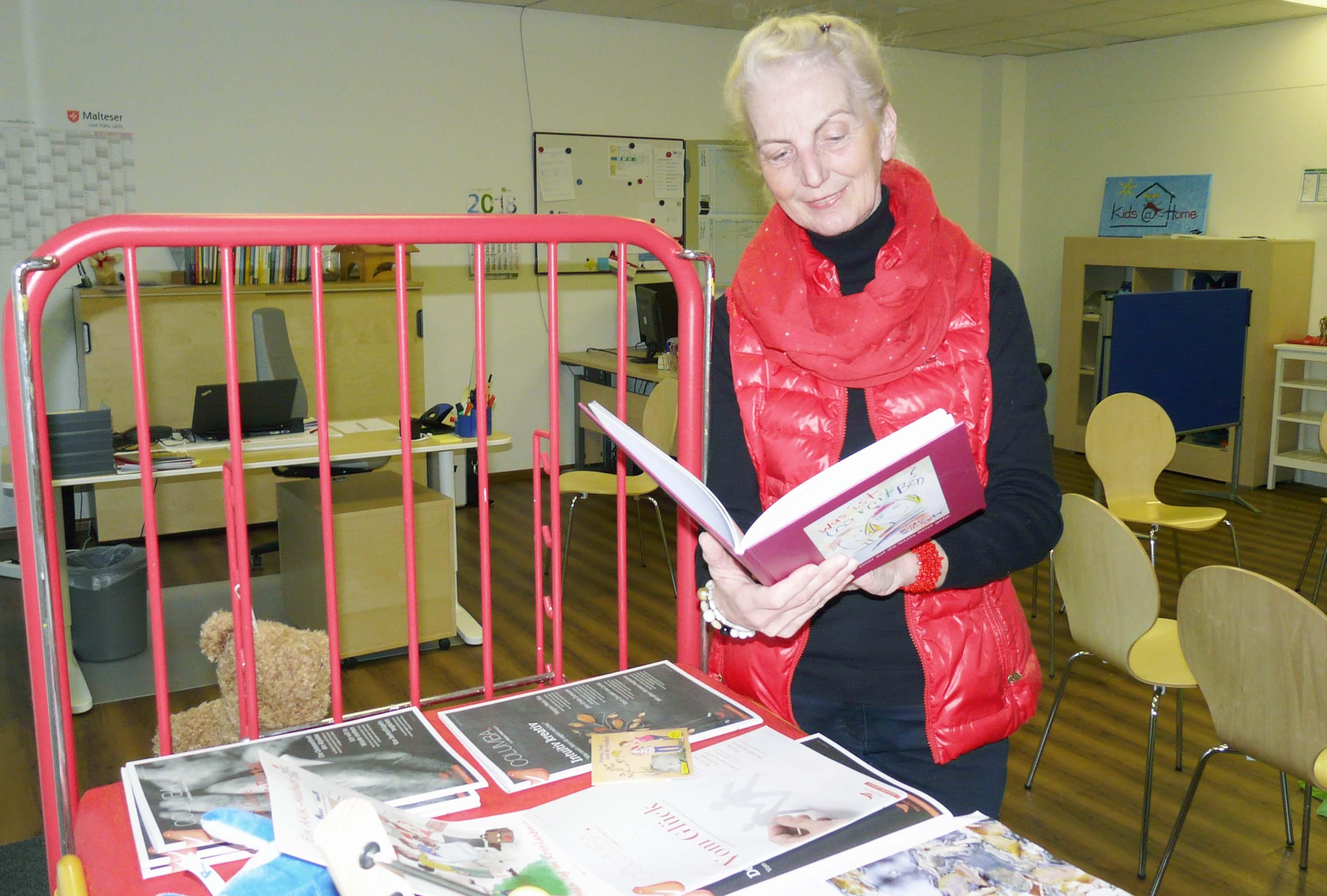 Claudia Trimpin liest Kindern vor.