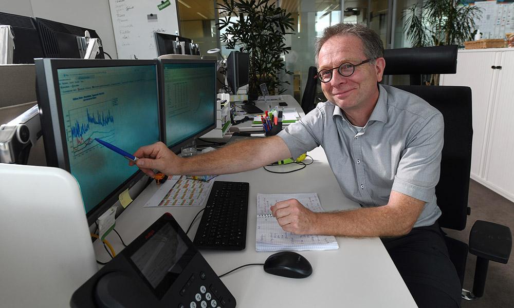 Dr. Marco Schillinger fand heraus, dass wegen des Klimawandels immer weniger Wasser im Rhein fließt.
