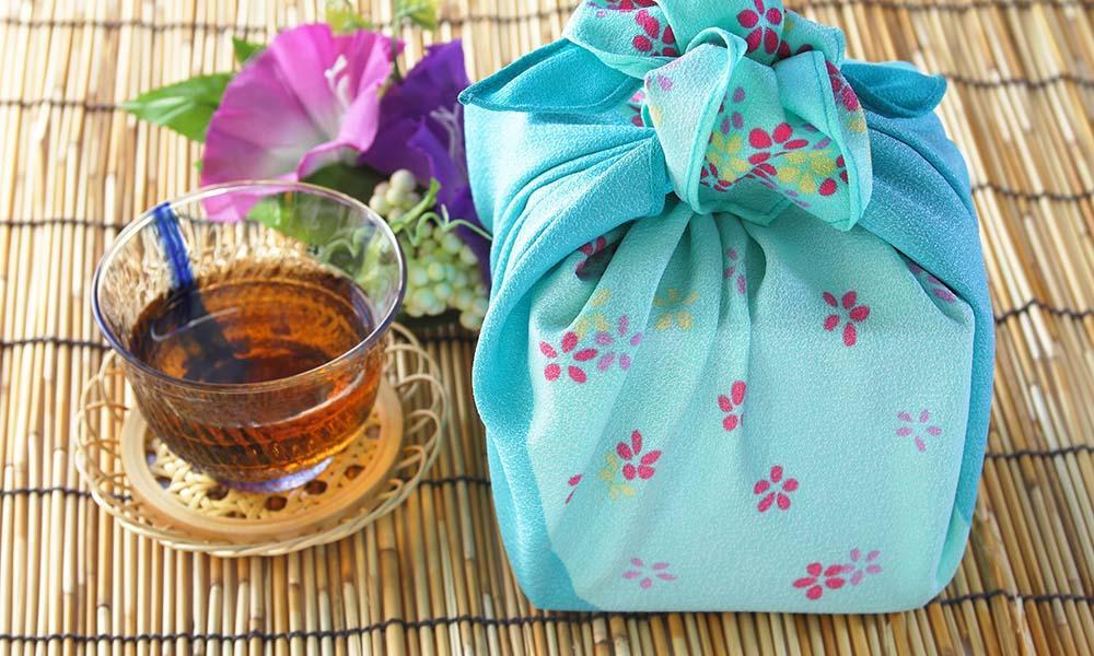 Furoshiki: gefalteter Stoff als nachhaltige Geschenkverpackung