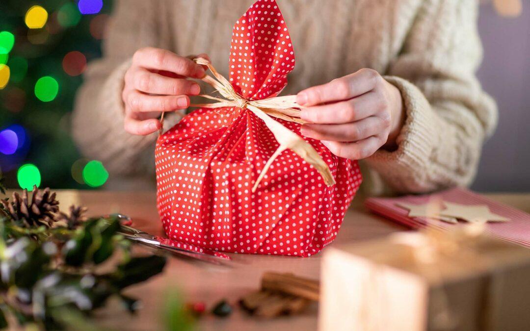 Tipps, um Geschenke nachhaltig zu verpacken.