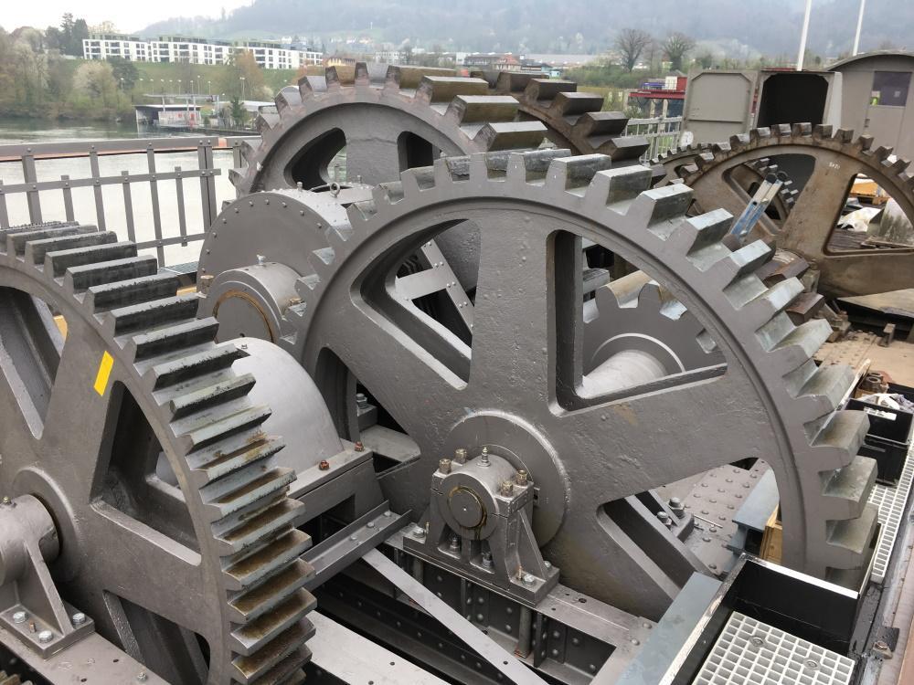 Mehrere Zahnräder des Getriebes des Stauwehrs Laufenburg