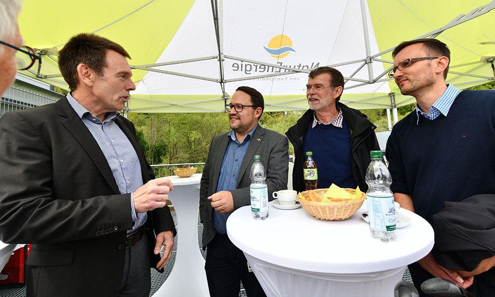 Roman Gayer tauschte sich mit Bürgermeister Jürgen Multner bei der Einweihung des Wasserkraftwerks Maulburg aus.