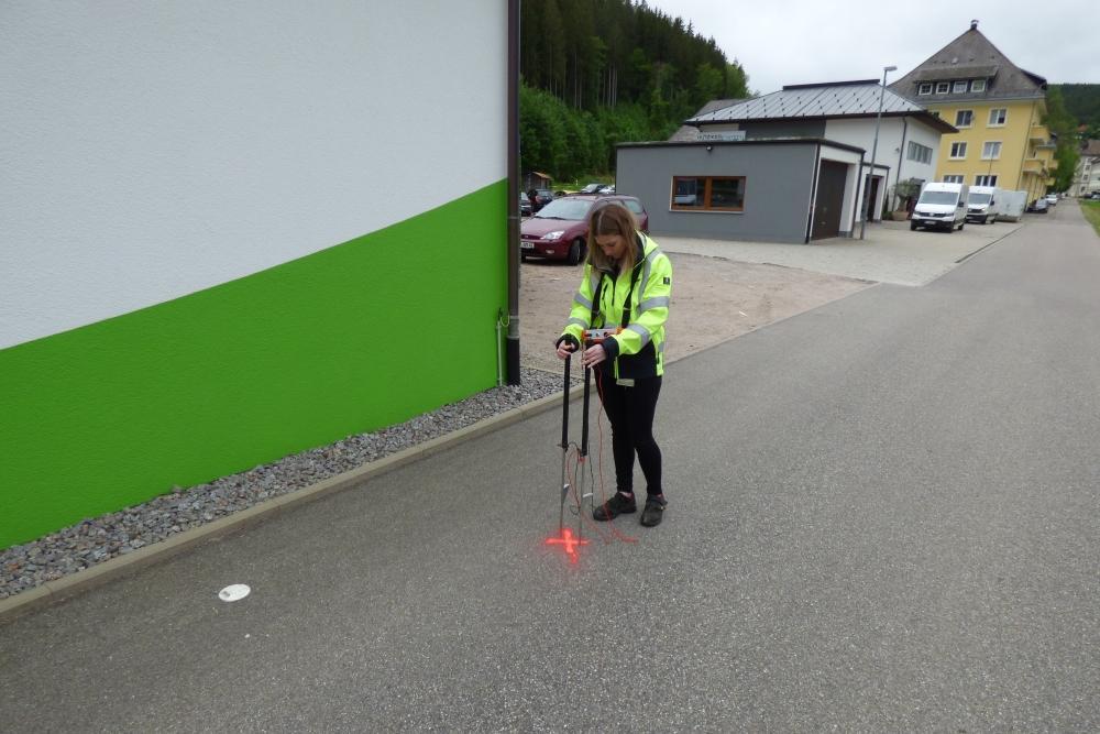 Eine Mitarbeiterin von ED Netze markiert mit ihrem Messgerät den Ort eines Kabeldefekts.