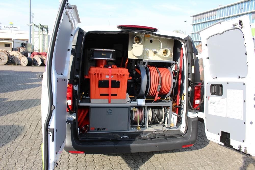 Das geöffnete Heck des Kabelmesswagens mit vielen Instrumenten und Kabeltrommeln ist zu sehen.