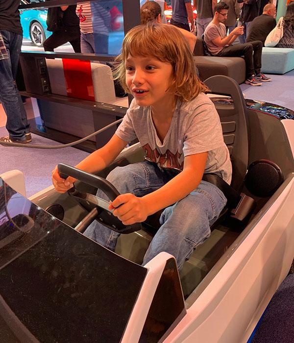 Kind testet Auto fahren auf der IAA 2019.