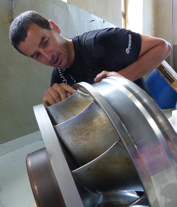 Monteur Daniel kontrolliert das Laufrad der Turbine.