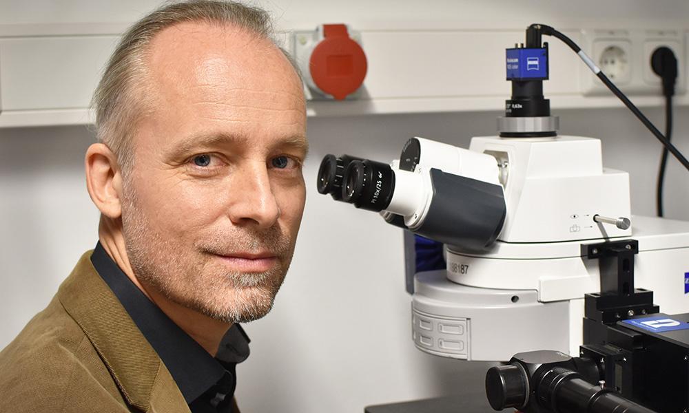 Prof. Dr. Christian Laforsch forscht über Mikroplastik im Boden.