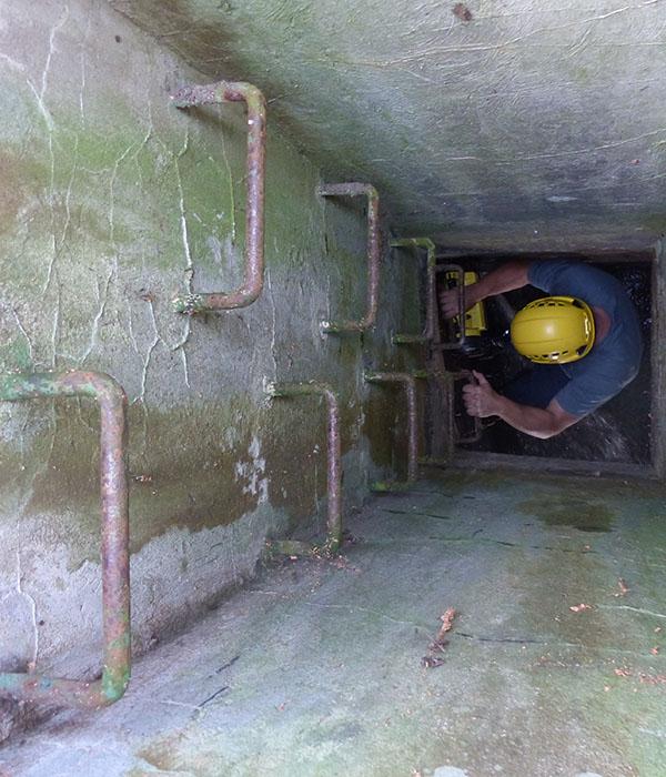 Für die Revision des Stollens steigt Tim Schöne den Schacht runter in den Stollen.