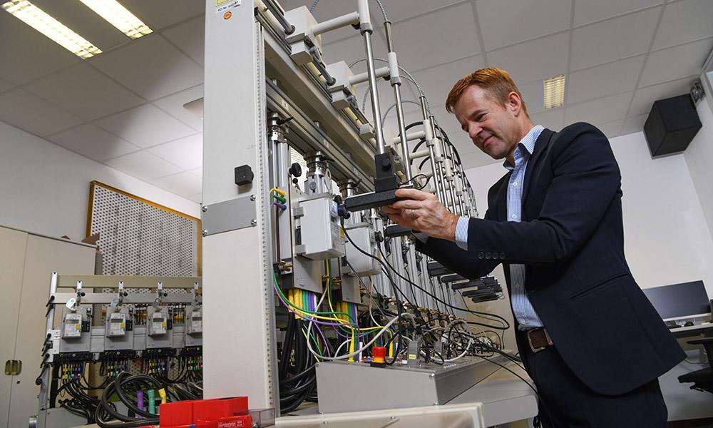 Martin Reinacher überprüft einen digitalen Haushaltszähler.