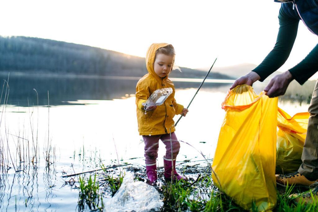Gemeinsamens Müll sammeln als Teil einer nachhaltigen Erziehung