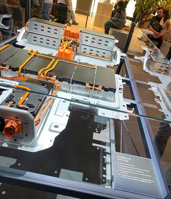 Auf der IAA 2019 ist die Batterie des Corsa-e auch von unten zu sehen.
