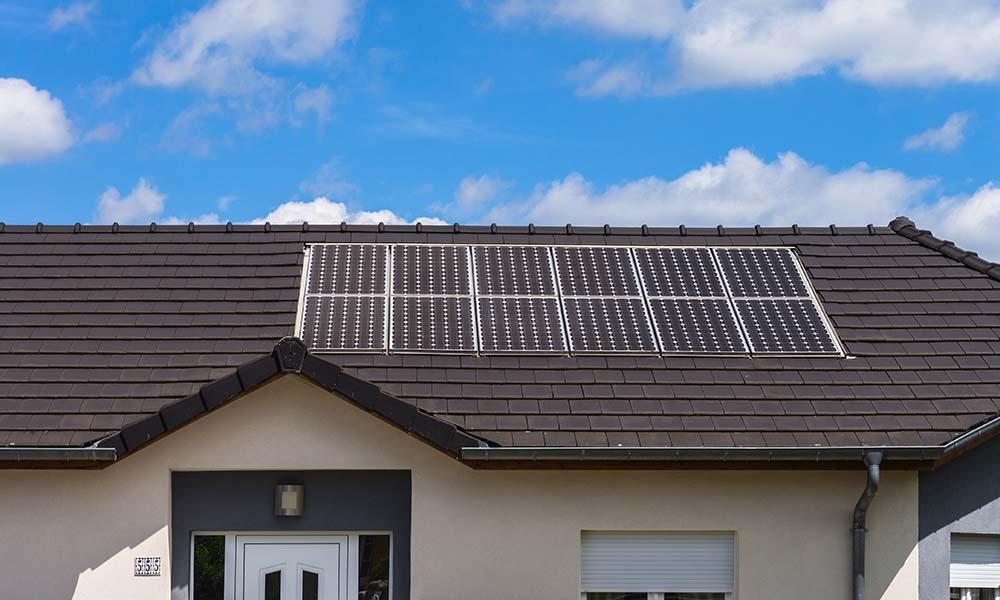 Eine Indach Photovoltaik-Anlage, bei der einige PV-Module im Dach integriert sind.