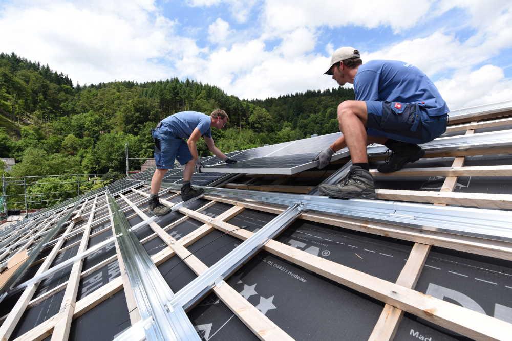 Energiedienst baut das PV-Geschäft mit Handwerkern vor Ort aus