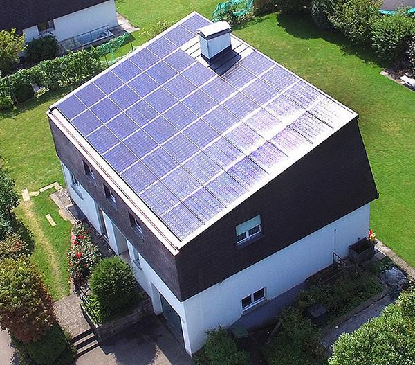 Auch das ganze Dach kann man mit Indach PV-Modulen belegen.