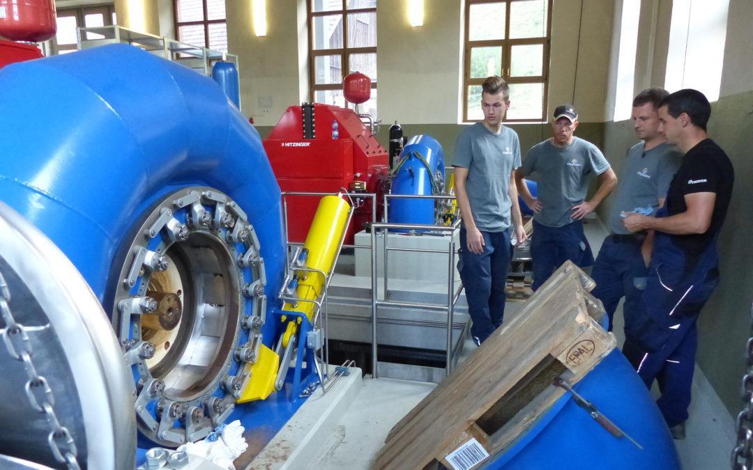 Bei der Revision zerlegt ein Monteur die Turbine.