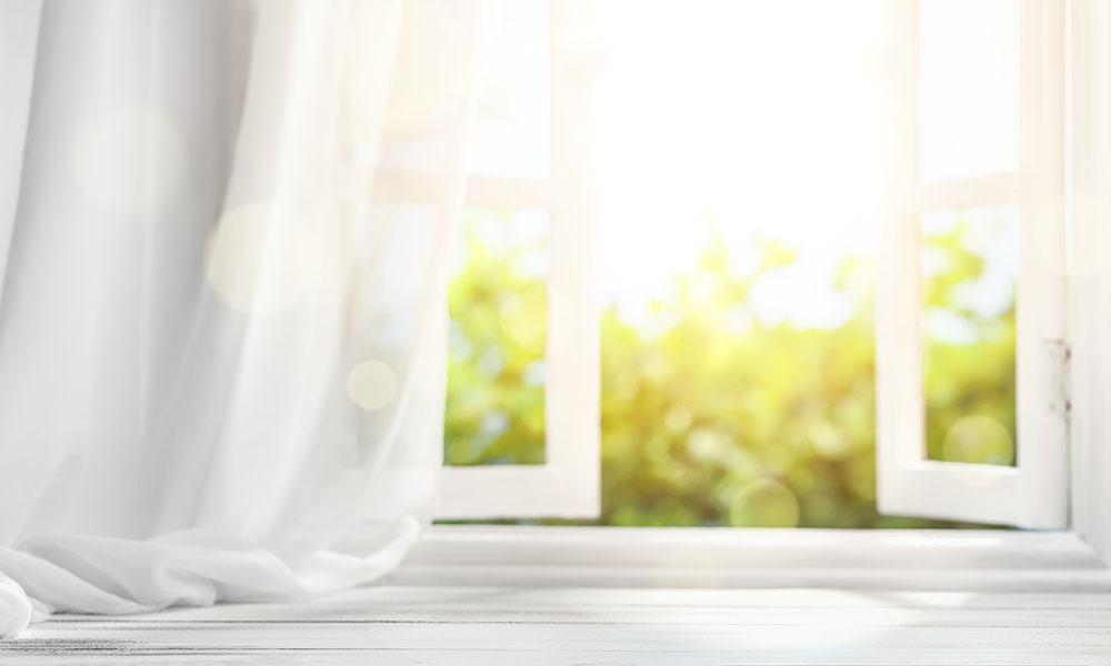 Im Sommer ist das richtige Lüften wichtig für eine kühle Wohnung.