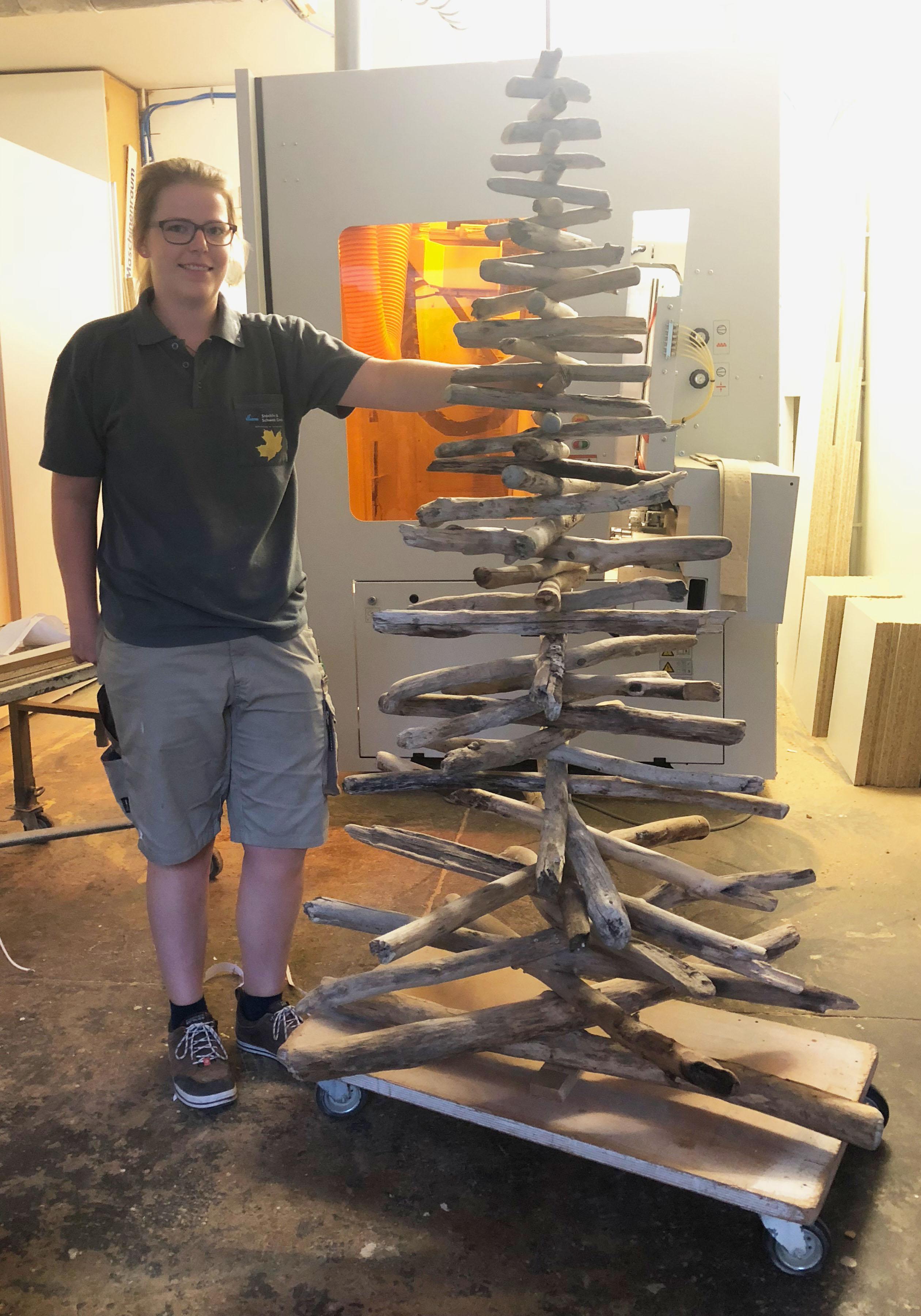 Schreinerin Anna baute den Weihnachtsbaum aus Treibholz