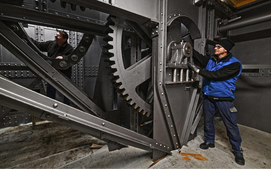 Mechaniker sanieren das Stauwehr des Kraftwerks Laufenburg