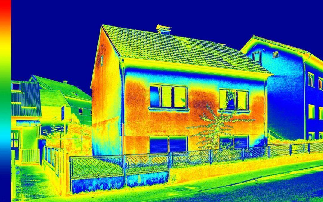 Thermografie Aufnahmen machen Wärmeverluste am Haus sichtbar.