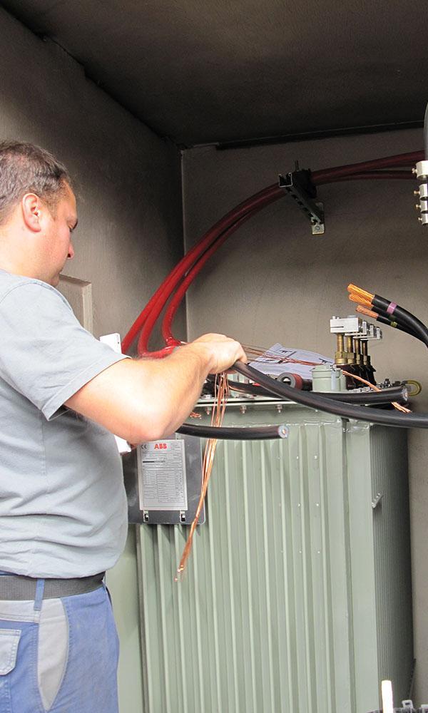 Ein Techniker der ED Netze schließt den neuen Trafo an.