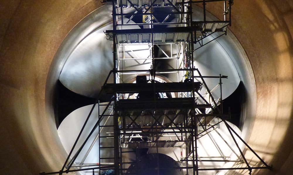 Wartung einer Turbine im Wasserkraftwerk Rheinfelden
