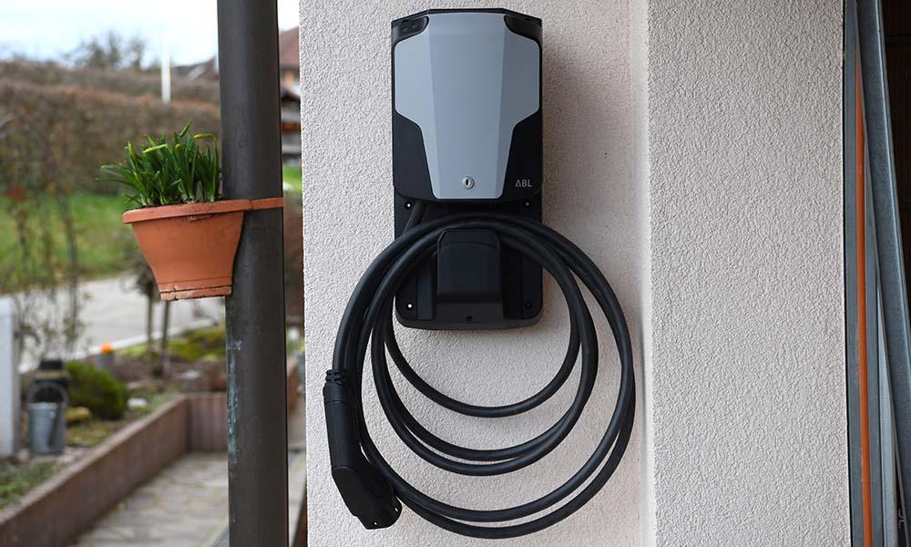 Eine Wallbox ist eine Ladestation für zu Hause, die E-Mobilisten platzsparend an die Wand hängen können – drinnen oder draußen.