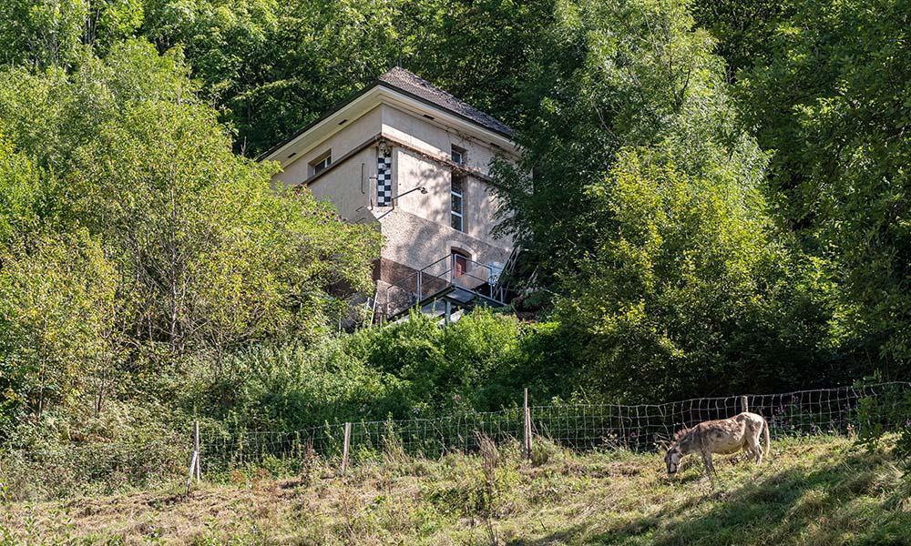 Vom Wasserschloss am Hang stürzt das Wasser zu den Turbinen im Maschinenhaus.