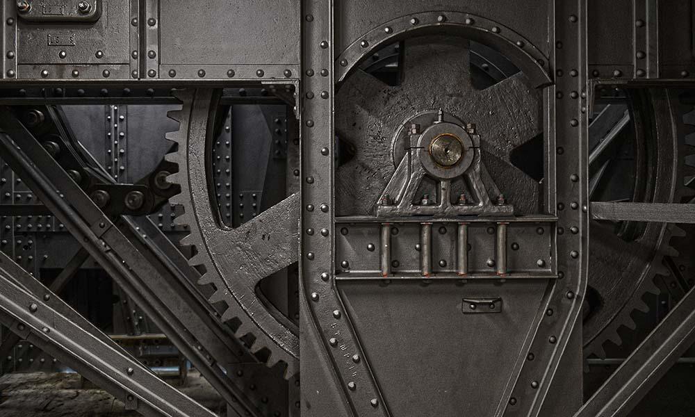 Die Wehrbrücke des Stauwerks streichen die Mitarbeiter des Kraftwerks Laufenburg fünf mal