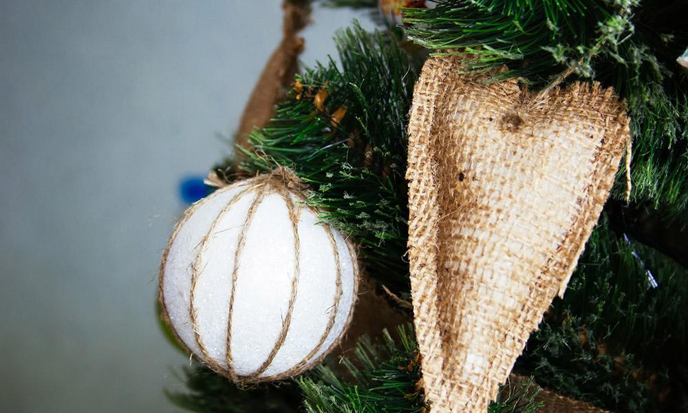 Weihnachtsbaum mit ökologischer Dekoration