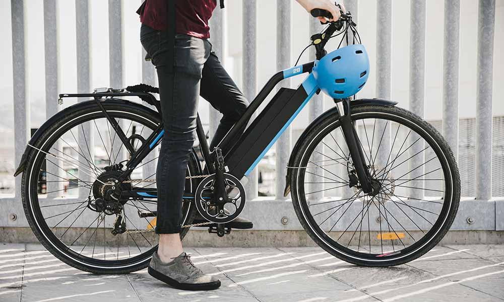 Ein Pedelec ist ein E-Bike, bei dem der Antrieb nur aktiv wird, wenn der Fahrer gleichzeitig in die Pedale tritt. Bild: Adobe Stock/Freepik