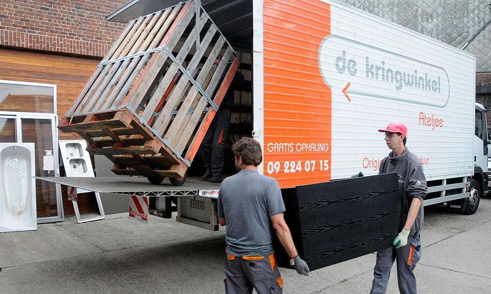 Re-Use: De Kringwinkel-LKWs holen zu Hause kostenlos gebrauchte Waren ab. Die aufbereiteten Dinge verkauft die Ladenkette in ihren Shops.