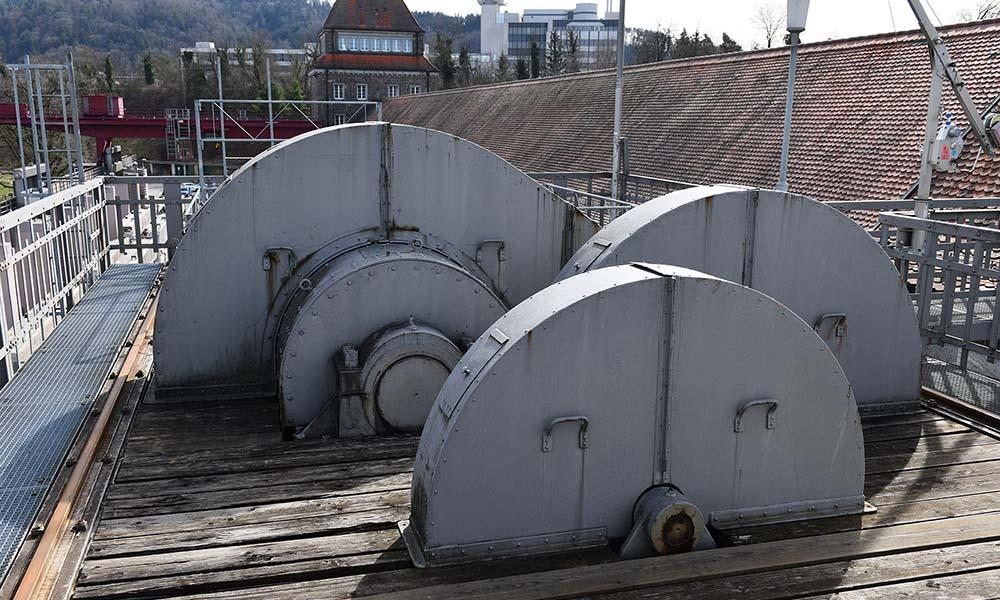 Einzeln überdachte Zahnräder auf Stauwehr des Kraftwerks Laufenburg vor der Sanierung