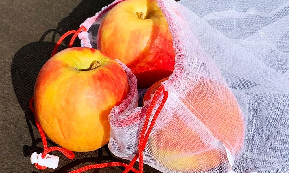 Obst und Gemüse kann man in Mehrweg Stoffbeutel transportieren.